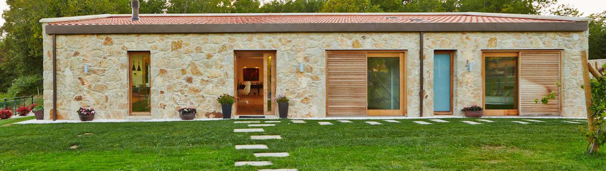 Moradia unifamiliar em Tomiño, Pontevedra (Espanha): Casas em estilo rústico de HUGA ARQUITECTOS