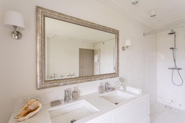 Banheiro minimalista com espelho grande